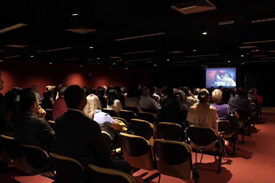 """No dia 11 de abril, nossos doadores em Brasília assistiram ao filme """"Acesso à Zona de Perigo"""", que retrata as dificuldades de levar ajuda humanitária a Somália, República Democrática do Congo e Afeganistão."""