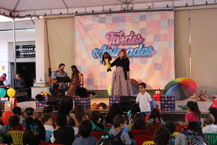 Nyedja Gennari contou histórias lúdicas a crianças, apresentando o trabalho de MSF e as sensibilizando para o cuidado e o interesse pelo próximo. A atividade aconteceu no dia 14 de maio, no palco do Terraço Shopping.