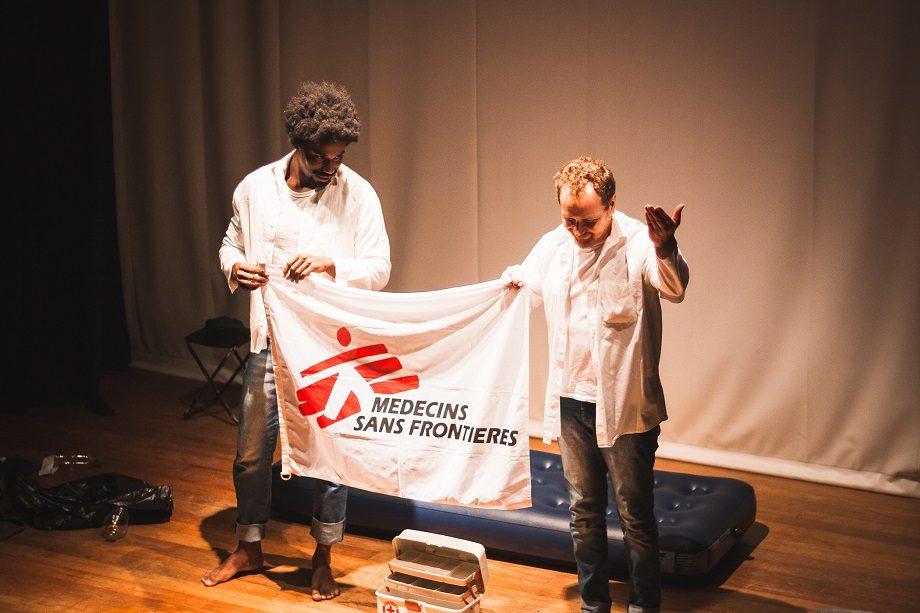 Performance da Cia Luna Lunera na abertura do Conexões em Belo Horizonte, com Breno Santos (esq) e José Walter Albinati. (Foto: Lucca Mezzacappa)