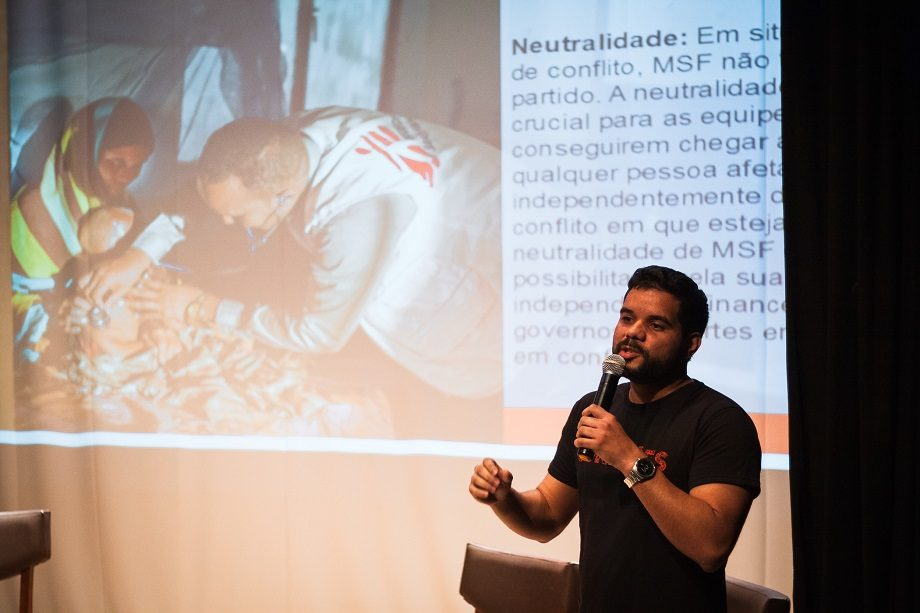No Salão Nobre da Faculdade de Medicina da UFMG, o recrutador de MSF, Vicente Brison, tirou dúvidas sobre o trabalho em MSF e explicou como funciona o processo de recrutamento. (Foto: Lucca Mezzacappa)
