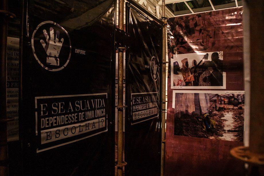 A exposição convidou os visitantes a escaparem de um labirinto onde os caminhos mostram as dificuldades extremas enfrentadas por refugiados, deslocados internos e solicitantes de asilo no mundo todo. (Foto: Lucca Mezzacappa)