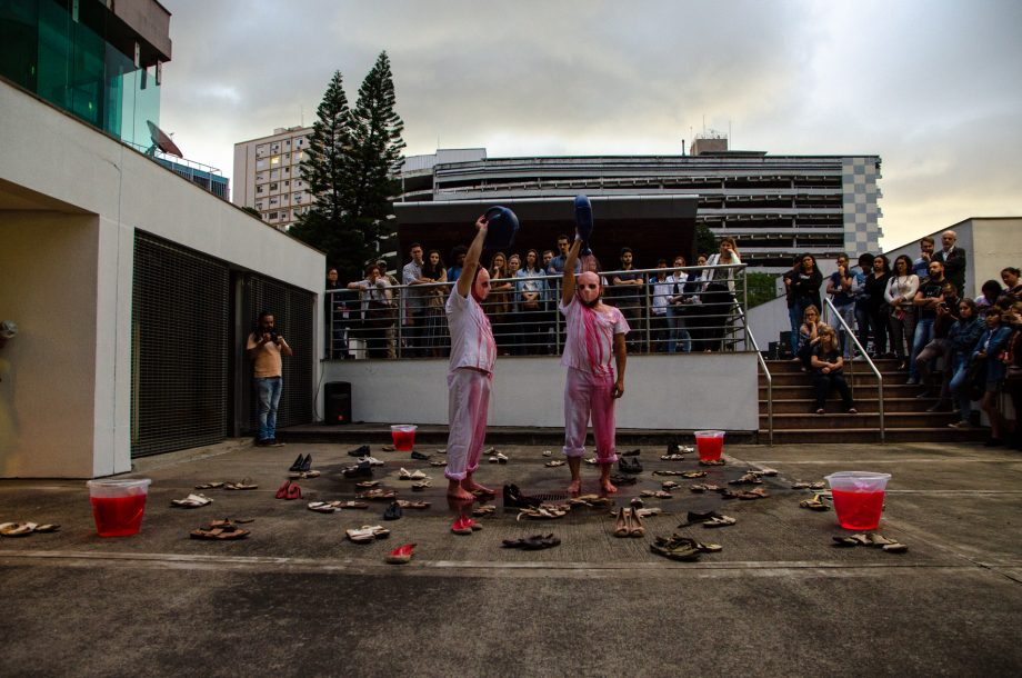 """Atores da Cia de Teatro Destemperados apresentaram a performance """"Perigo"""", no centro histórico de Porto Alegre, produzida especialmente para Médico Sem Fronteiras."""