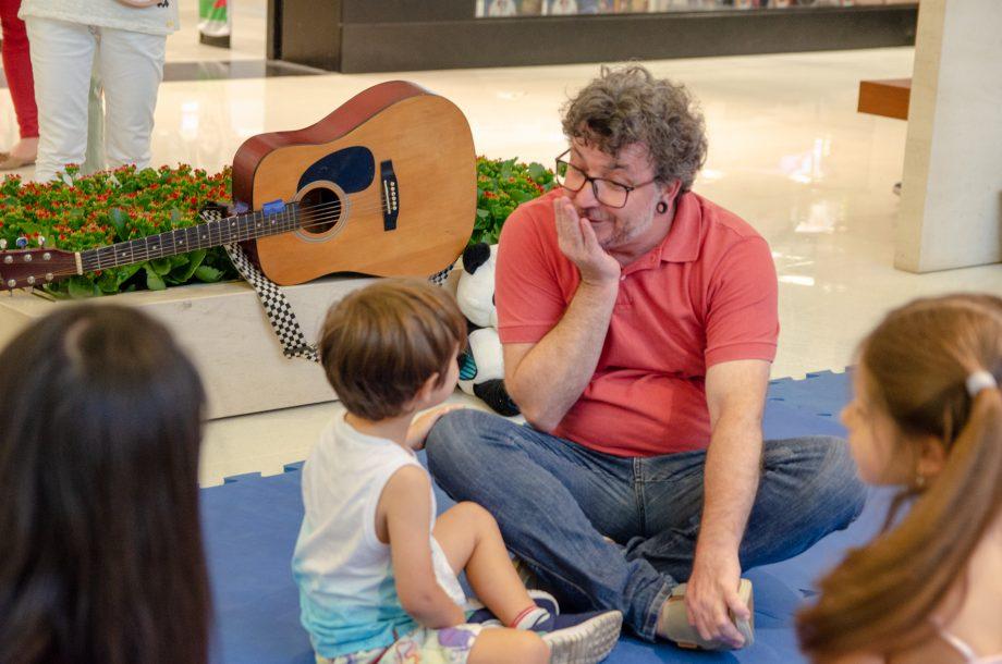 Andersol Balhero, da Cia de Teatro Destemperados, apresentou a contação de histórias para crianças, no Shopping Iguatemi.