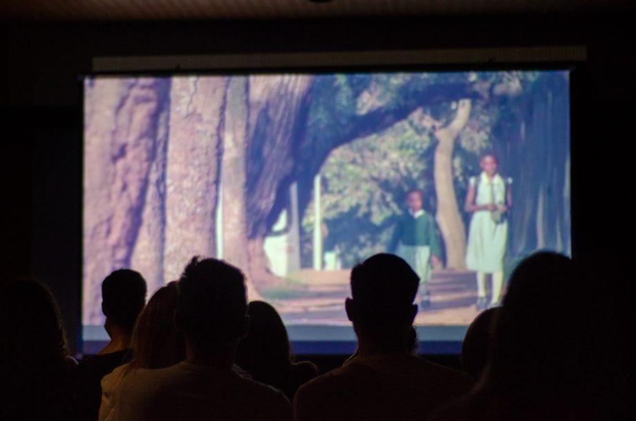 """O documentário """"Fogo nas Veias"""", sobre o trabalho de Médicos Sem Fronteiras na luta contra o HIV, foi exibido na Concha Acústica do Teatro São Pedro, no centro histórico."""